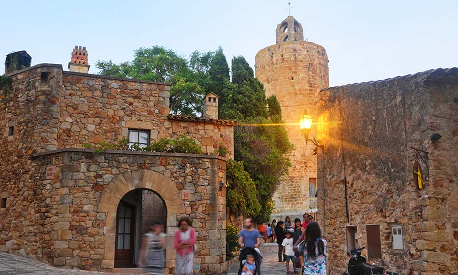 Calle de la Torre en el casco antiguo de Pals